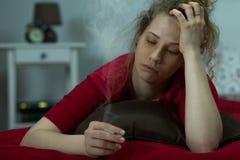 rökande kvinna för cigarett Arkivfoto