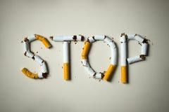rökande stopp för broken cigarettbegrepp Arkivfoto