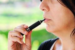 Rökare av den elektroniska cigaretten Arkivfoto