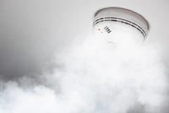 Rökavkännare av brandlarmet i handling royaltyfria bilder