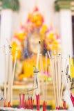 Rökelse i en kruka på Buddhabilden Tro tro, välsignelser, f arkivbilder