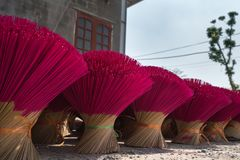 Rökelse klibbar att torka som är utomhus- i nord av Vietnam royaltyfria foton