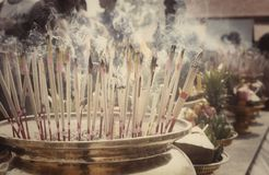Rökelse klibbar bränning och i ett altare arkivbild