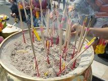 Rökelse klibbar bränning och i ett altare royaltyfri fotografi