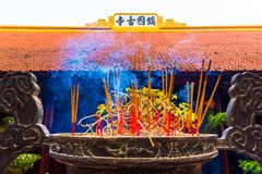 Rökelse klibbar i den buddistiska templet Tran Quoc Pagoda, symbol av Hanoi, Vietnam fotografering för bildbyråer