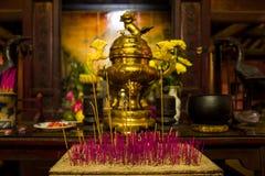 Rökelse klibbar i en tempel i Hoi, Vitnam arkivfoto
