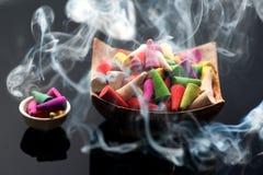 Rökelse klibbar kottar Arkivfoton