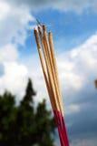 Rökelse och bränning - himmelbakgrunden Arkivfoto