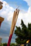 Rökelse och bränning - himmelbakgrunden Fotografering för Bildbyråer