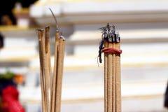 Rökelse och bränning - himmelbakgrunden Royaltyfri Fotografi