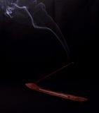 Rökelse- och gåtarök på svart bakgrund Arkivbilder