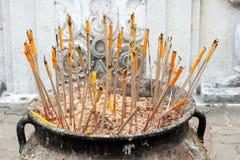 Rökelse och stearinljuset doppar ner i kruka Arkivbild