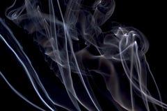 Rökelse på en svart bakgrund Arkivfoton