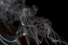 Rökelse på en svart bakgrund Arkivbilder