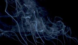 Rökelse på en svart bakgrund Arkivbild