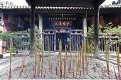 Rökelse som bränner i kinesiskt tempel Arkivbild