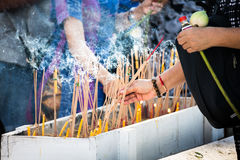 Rökelse som tänder Thailand royaltyfri bild