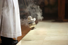 Rökelse under mass på altaret Royaltyfria Foton