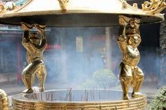 Rökelsegasbrännaren med rökigt i en tempel Arkivfoton