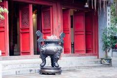 Rökelsekar i pagod Arkivfoto