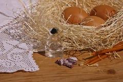 Rökelsekar, stearinljus, kors och ägg i ett rede på en tabell Royaltyfria Bilder