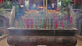 Rökelsepinnar bränner i en kinesisk buddistisk tempel lager videofilmer