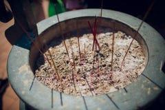 Rökelsepinnar som bränner och överför rök, och böner up den Ngoc sontemplet royaltyfri foto