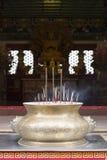 Rökelsepinne med kinesisk tempelbakgrund Fotografering för Bildbyråer