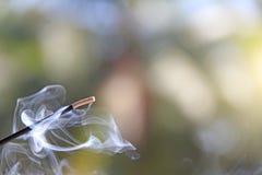 Rökelsepinne och rök från rökelsebränning härlig rök B Arkivfoto