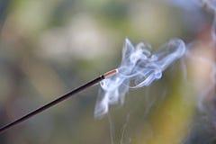 Rökelsepinne och rök från rökelsebränning härlig rök B Arkivfoton