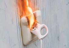 Röken, brand uppstod, kortsluter vägghåligheten fotografering för bildbyråer