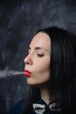 Röker kvinnan Arkivbilder