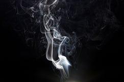 Rökfragment på en svart bakgrund Arkivfoto