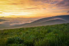 Rökig bergsoluppgång 3 fotografering för bildbyråer
