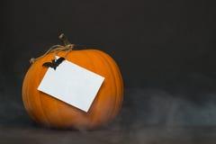 Rökig halloween pumpa på en svart bakgrund Royaltyfria Foton