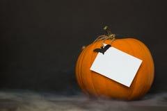 Rökig halloween pumpa på en svart bakgrund Royaltyfri Fotografi