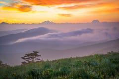 rökig soluppgång för berg royaltyfria bilder