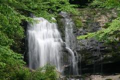 rökig vattenfall för berg Arkivfoto
