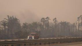 Rökslinga från en sedd brand Sydliga Kalifornien avfyrar, löpeldar som har bränt Störst brand i tillståndet, som brände lager videofilmer