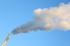 röksmokestack för blå sky Royaltyfri Fotografi