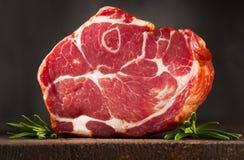 Rökt bacon med rosmarinar royaltyfri foto