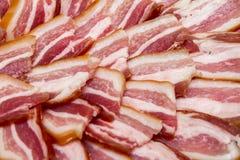 Rökt bacon, snitt in i styckcloseupen Royaltyfri Bild