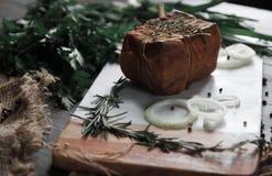 Rökt bacon som ligger på en skärbräda Royaltyfri Fotografi