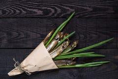 Rökt capelin med salladslökar i pappers- kornett Arkivfoton