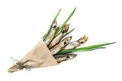 Rökt capelin med salladslökar i pappers- kornett Royaltyfria Bilder