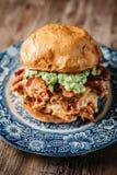 Rökt feg smörgås för BBQ med avokadospridning Arkivbilder