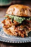 Rökt feg smörgås för BBQ med bacon och avokadot Arkivbilder