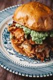 Rökt feg smörgås för BBQ på den härliga blåttplattan Arkivbild