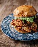 Rökt feg smörgås för BBQ på en träbakgrund Arkivfoton