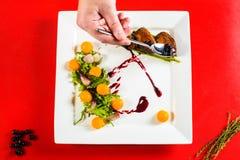 rökt filé för andbröst på den vita plattan på det röda kulinariska brädet royaltyfri fotografi